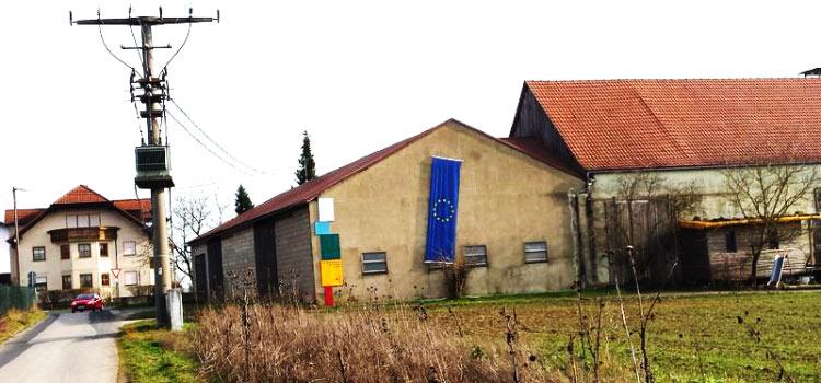 Mittelpunk der EU in Gadheim - EU Fahne. - Hier liegt der geografische Mittelpunkt der EU.